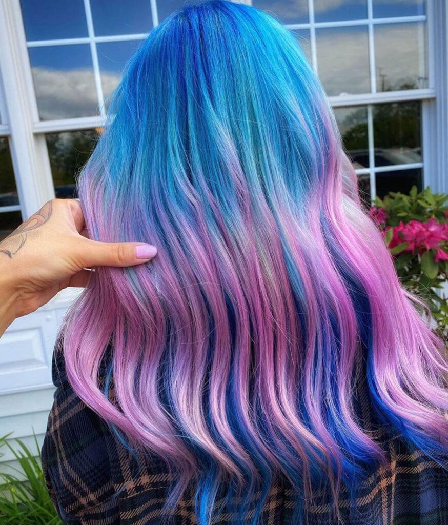 Cabelos em tons de azul e rosa