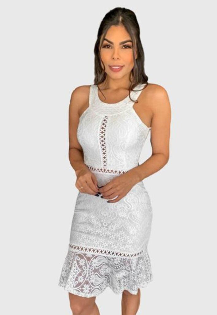 Vestido branco curto de renda