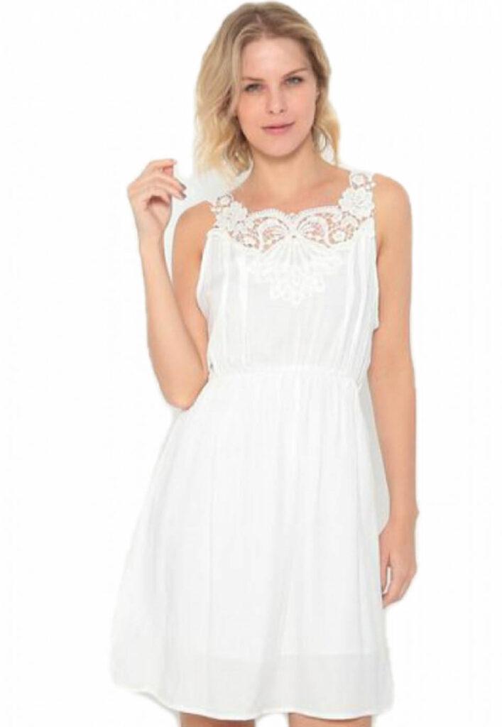 Vestido branco con detalhes em renda